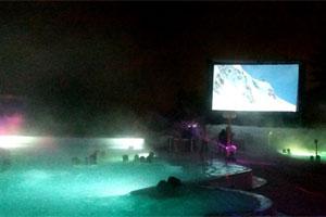 Курорт Овронна Вечера видеотрансляций Ciné-Bains в уличных бассейнах