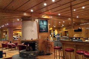 Курорт Овронна Гостиничный комплекс Bains d'Ovronnaz superior Hotel Thermalp гостиная с баром и винной станцией