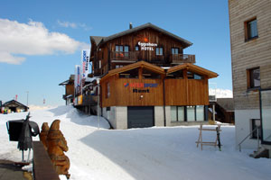 Отель Eggishorn - симпатичное деревянное строение в виде альпийского шале